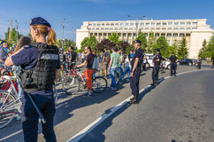 Protest i Bucharest mot olagligt logga royaltyfria bilder