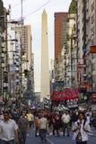 Protest i närliggande Buenos Aires i city Obeliscen royaltyfri bild