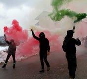 Protest med personer som protesterar som bär svarta handskar Fotografering för Bildbyråer