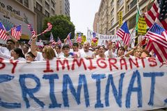 Protest mot illegal invandring arkivbilder