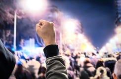 Protest, opstand, maart of staking in stadsstraat Menigte van mensen het marcheren Mens het protesteren vuist met een kap omhoog  royalty-vrije stock afbeeldingen
