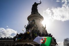 Protest in Parijs tegen een vijfde mandaat van Bouteflika van Algerije royalty-vrije stock afbeelding