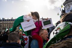 Protest in Parijs tegen een vijfde mandaat van Bouteflika van Algerije royalty-vrije stock foto's
