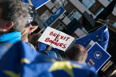 Protesta anti-Brexit con las banderas y el cartel Foto de archivo
