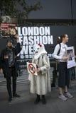Protesta anti de la piel durante la semana de la moda de Londres Eudon Choi exterior Fotografía de archivo