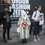 Protesta anti de la piel durante la semana de la moda de Londres Eudon Choi exterior Fotografía de archivo libre de regalías