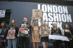 Protesta anti de la piel durante la semana de la moda de Londres Eudon Choi exterior foto de archivo