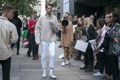 Protesta anti de la piel durante la semana de la moda de Londres Eudon Choi exterior Un hombre en un suéter elegante pasa por la  Imagen de archivo libre de regalías