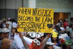 Protesta blanca antigubernamental de la máscara en Bangkok Imagen de archivo libre de regalías