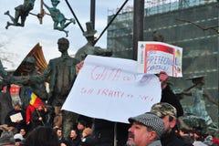 Protesta de Bucarest - cuadrado 17 de la universidad Imagen de archivo libre de regalías