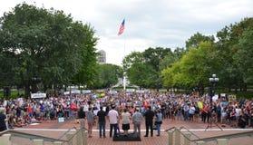 Protesta de Charlottesville en Ann Arbor - muchedumbre y clero Imágenes de archivo libres de regalías
