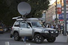 Protesta de la difusión del coche de la TV contra la minería aurífera fotos de archivo