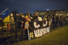 Protesta de la gente delante del parlamento rumano Foto de archivo