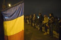 Protesta de la gente delante del parlamento rumano Imagenes de archivo
