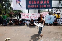 Protesta de la sociedad contra la subida del precio del petróleo Foto de archivo