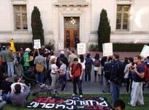 Protesta degli allievi del Uc Berkeley intorno alla polizia della città universitaria Immagini Stock