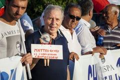 Protesta del viejo hombre contra el presidente italiano Matteo Renzi Imagen de archivo libre de regalías