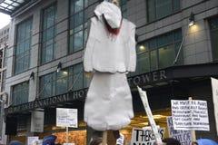 Protesta delante de la torre del triunfo en Toronto Imagenes de archivo