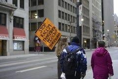 Protesta delante de la torre del triunfo en Toronto Foto de archivo libre de regalías