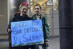 Protesta delante de la torre del triunfo en Toronto Fotos de archivo libres de regalías