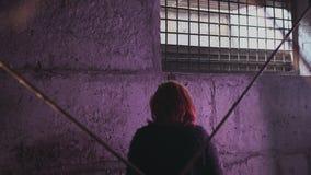 Protesta della giovane donna bianca caucasica della testarossa di tossicodipendenza che afferra e che iscena una siringa riempita archivi video