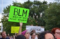 Protesta di Charlottesville in Ann Arbor - segno di BLM Fotografia Stock