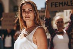 Protesta femenina joven fuerte del activista foto de archivo libre de regalías