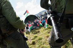 Protesta palestina y soldados israelíes Imagenes de archivo