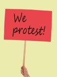 Protestaanplakbiljet, banner door vrouw wordt gehouden die Politiek enz. Stock Afbeeldingen
