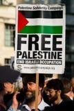 Protestacyjne wiadomości przy Gaza: Zatrzymuje masakra wiec w Whitehall, Londyn, UK zdjęcia stock