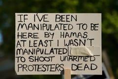 Protestacyjne wiadomości przy Gaza: Zatrzymuje masakra wiec w Whitehall, Londyn, UK fotografia royalty free