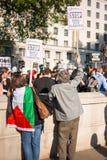 Protestacyjne wiadomości przy Gaza: Zatrzymuje masakra wiec w Whitehall, Londyn, UK zdjęcie stock