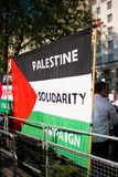 Protestacyjne wiadomości przy Gaza: Zatrzymuje masakra wiec w Whitehall, Londyn, UK obraz royalty free