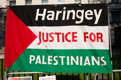 Protestacyjne wiadomości przy Gaza: Zatrzymuje masakra wiec w Whitehall, Londyn, UK fotografia stock