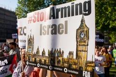 Protestacyjne wiadomości przy Gaza: Zatrzymuje masakra wiec w Whitehall, Londyn, UK obrazy stock