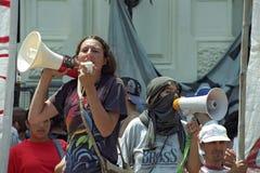 Protestacyjni Żeńscy ucznie przeciw rządowej polisie zdjęcie stock