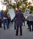 Protestador com World Trade Center, Washington Square Park do trunfo, NYC, NY, EUA Fotos de Stock Royalty Free