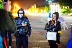 Protestador que canta o hino nacional, Bucareste, Romênia Imagem de Stock