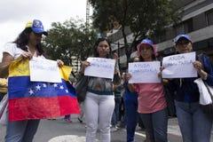 Protestadores contra o março da ditadura de Nicolas Maduro a favor de Guaido fotos de stock