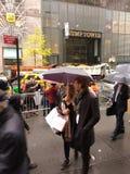 Protestadores e transeuntes na frente da torre do trunfo, NYC, EUA Fotos de Stock Royalty Free
