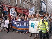 Protestadores março de encontro a Visita Londres do papa Foto de Stock Royalty Free