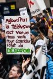 Protestadores que guardam todo o tipo dos sinais, das bandeiras e dos cartazes nas ruas Imagem de Stock Royalty Free