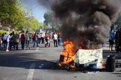 Protestadores que queimam as barricadas e que marcham na rua durante protestos do parque de Gezi em Ancara, Turquia fotos de stock royalty free