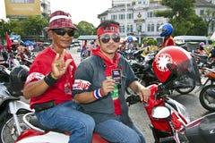 Protestadores vermelhos da camisa do anti governo em Banguecoque foto de stock royalty free