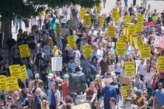 Protestanci w ulicach z znakami Fotografia Royalty Free