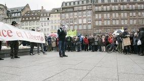 Protestando contro l'estensione 'dello stato d'emergenza'