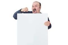 Protestando o homem maduro que guarda um quadro de avisos vazio Imagem de Stock