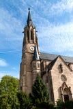Protestantische Kirche mit einer Uhr auf dem Turm Stockfoto