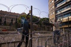 Protestas libanesas La gente construye el hormigón y las barricadas del alambre fueron en una protesta contra imagenes de archivo