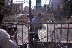 Protestas libanesas La gente construye el hormigón y las barricadas del alambre fueron en una protesta contra imagen de archivo libre de regalías